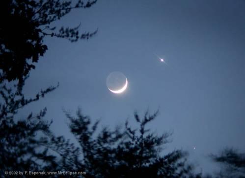 Чарует луна сияньем