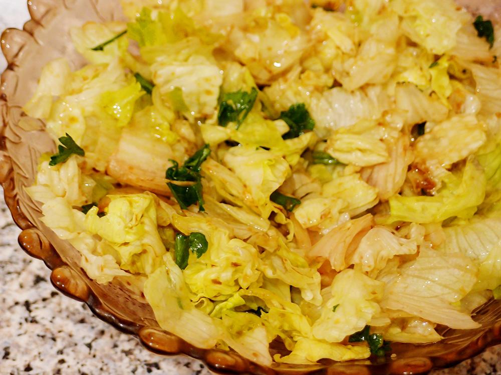 Салат Айсберг с чесночным соусом