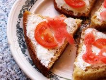 Бутерброды с плавленным сыром, помидорами и имбирем