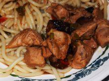Острая курица с черносливом и грецкими орехами
