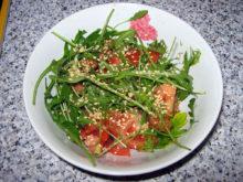 Салат с рукколой и кунжутом
