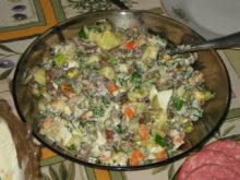 Салат с жареными опятами и маринованными огурцами