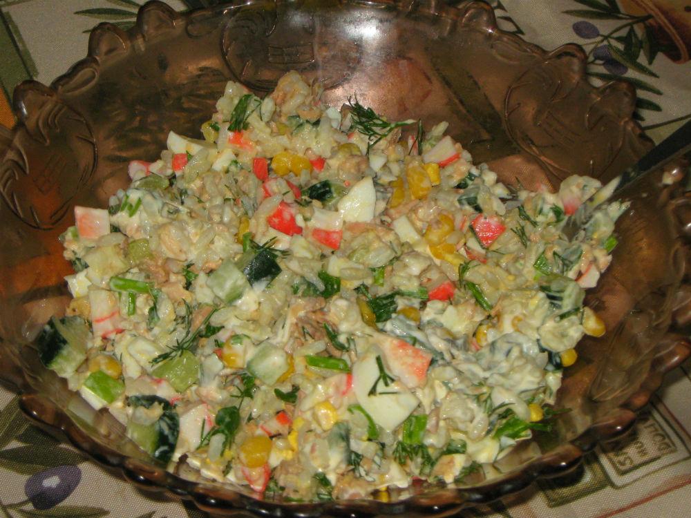 Салат с сайрой и крабовыми палочками