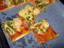 Пицца с молочными сосисками и зелёным горошком