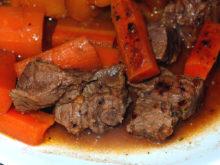 Говядина с морковью и французскими травами в горшочке