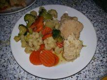 Постная свинина с цветной капустой, брокколи и морковью