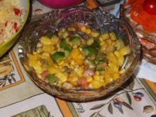 Салат со свежим ананасом, авокадо и красной рыбой