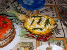 Салат с кальмарами в ананасе