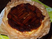 Бисквитный пирог с бананами в карамели