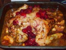 Курица, фаршированная яблоками, в вишнево-винном соусе
