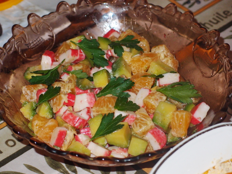 Салат с крабовыми палочками, авокадо и мандаринами