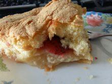 Бисквитный яблочный пирог с клубникой