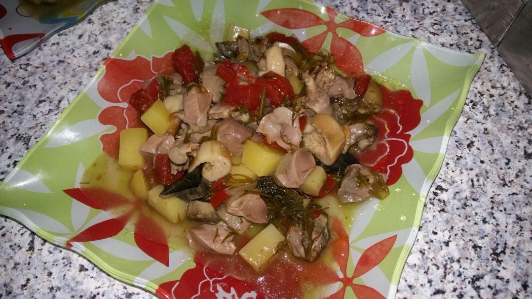 Лесные грибы с куриными потрошками и картофелем в горшочке