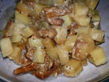 Картошка с лисичками в сметане в горшочке