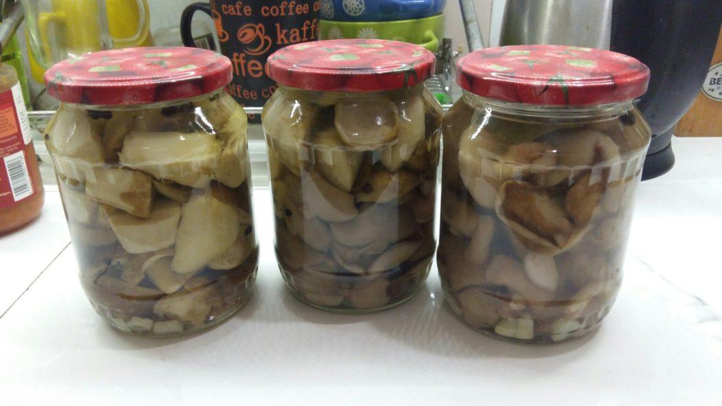 Маринованные лесные грибы (белые и маслята)