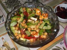 Салат с нутом и жареным адыгейским сыром