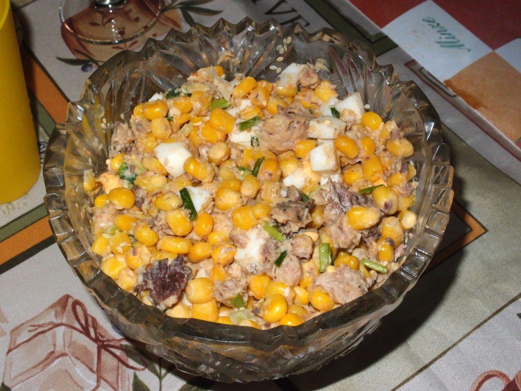 Салат с кукурузой и жареным кунжутом