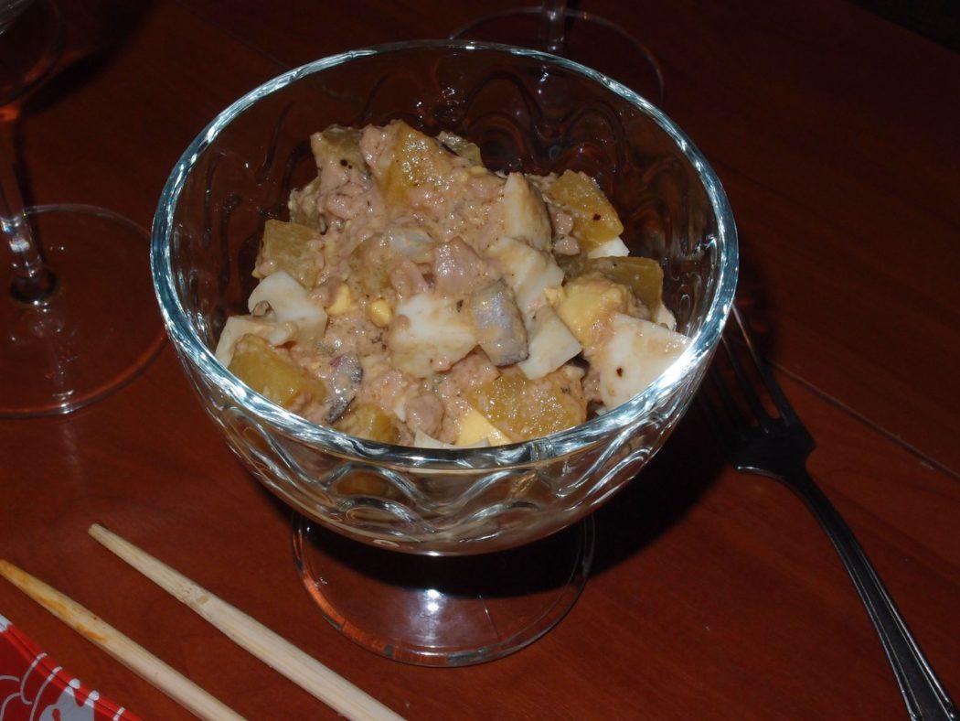 Салат из печени трески и консервированных персиков