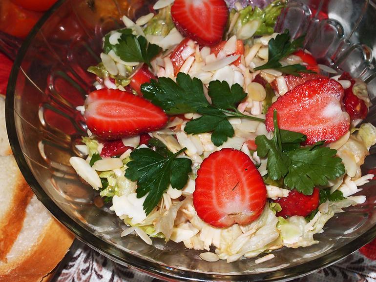 Салат с клубникой и помидорами