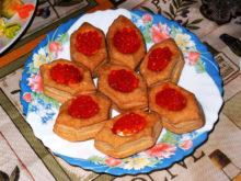 Тарталетки со сливочным сыром и красной икрой