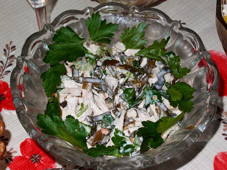 Салат с киви и морской капустой