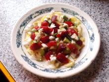 Салат с клубникой, брынзой и базиликом