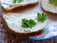 Бутерброды с творожным кремом и зеленью