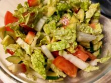 Овощной салат с клубникой и горчичным маслом