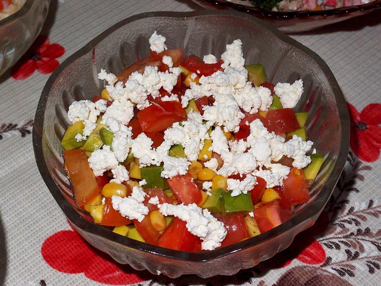 Салат с авокадо, помидорами и творогом