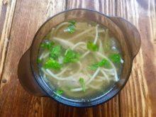 Куриный суп со спагетти и зеленым горошком