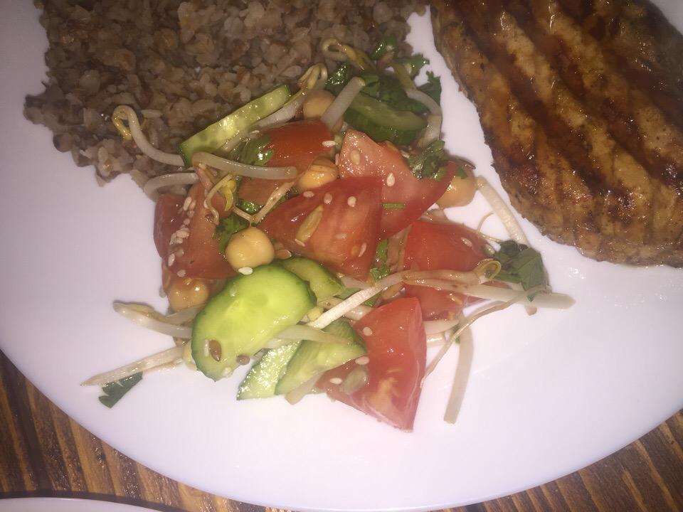 Салат с нутом и ростками фасоли