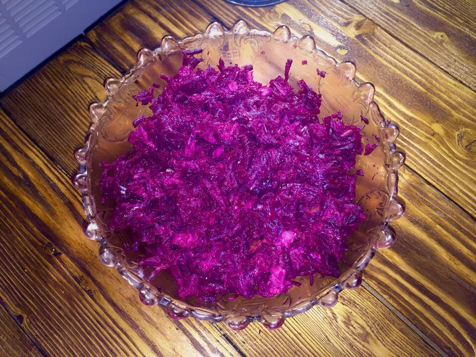 Салат из свеклы с горбушей горячего копчения