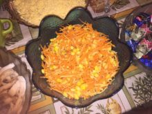 Морковный салат с сыром и кукурузой