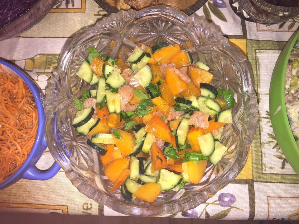 Салат с хурмой и малосольной форелью