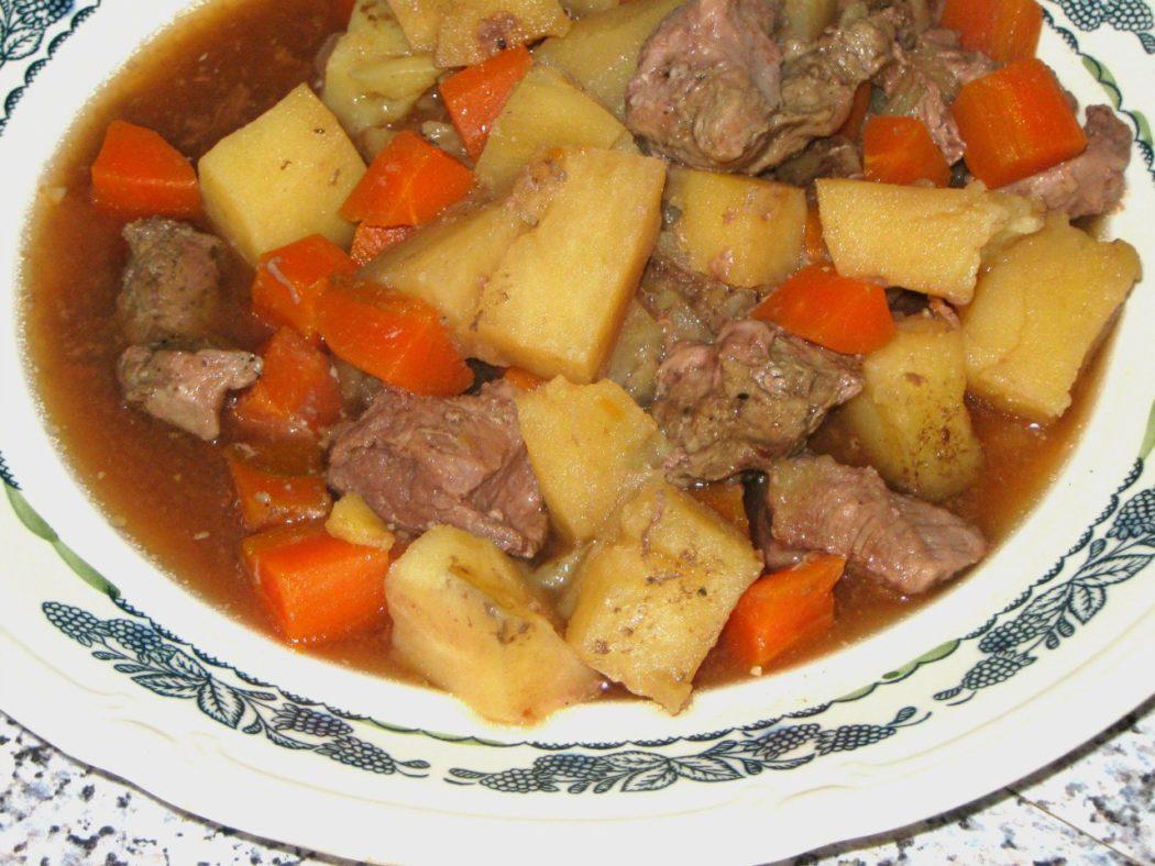 Картофель с говядиной в горшочке
