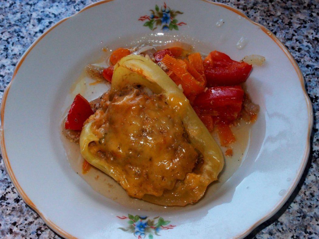 Фаршированный перец под сыром с овощами
