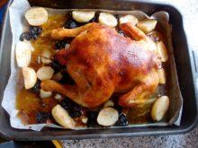 Курица с карамельной корочкой, фаршированная черносливом с печеным картофелем на гарнир