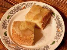Бисквитная яблочная шарлотка