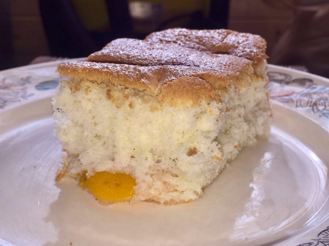 Бисквитный пирог с абрикосами